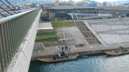 彼方の正面の建物が「保津川下り」の乗船業務の施設
