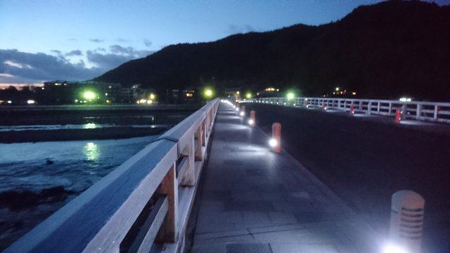 古都京都の観光スポット、嵐山を流れる桂川に架かる渡月橋辺りの【朝景】