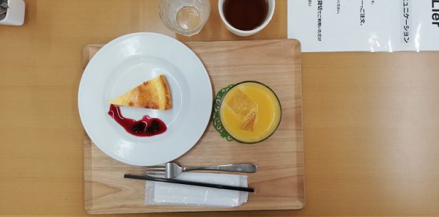 スイーツメニューよりチーズケーキ+ドリンク(オレンジジュース)税込500円